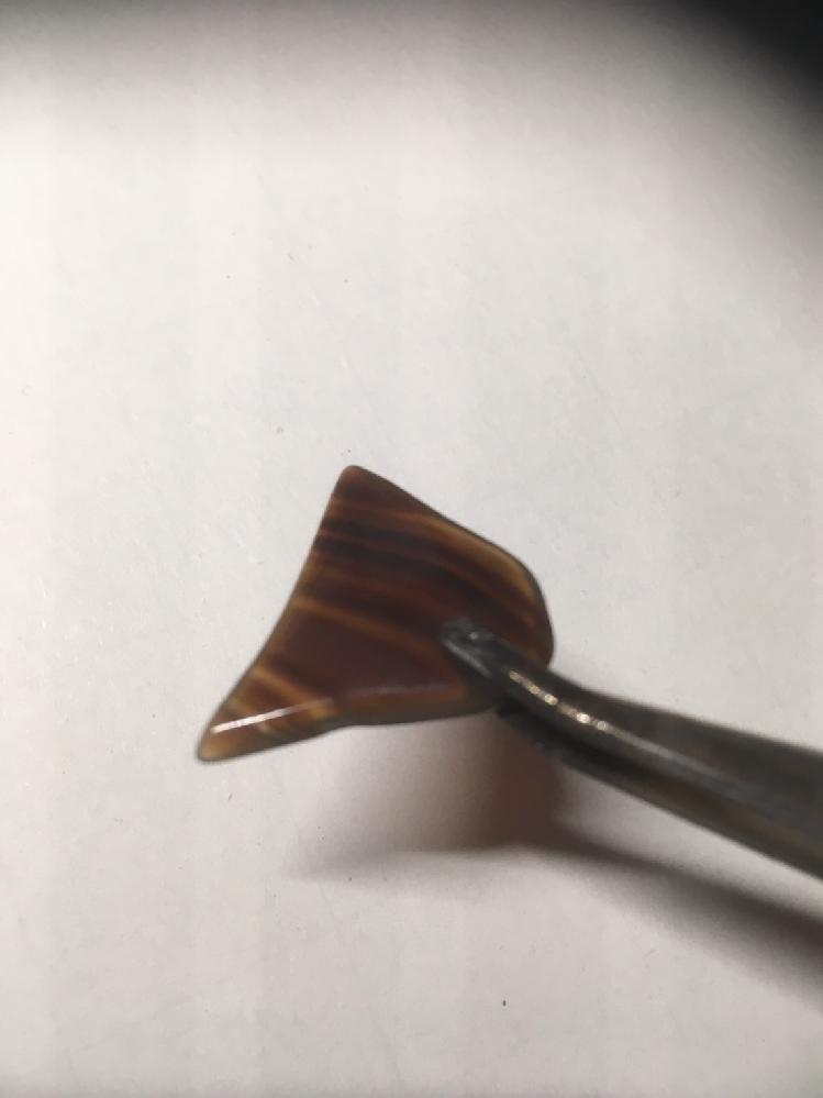 この石はなんですか? 数年前に買いました。 表面はつるつるでガラス質です。 縞模様で茶色です。