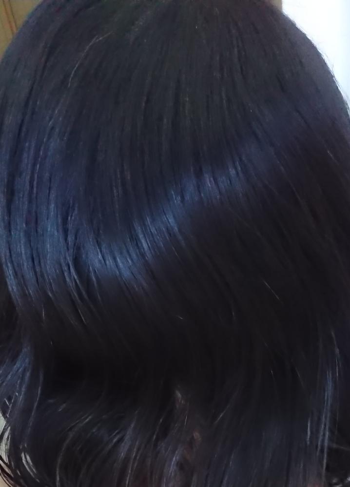 <写真あり> 地毛の黒髪なのにブリーチしてるんですか?と声をかけられました。 考えられる理由を教えて下さい。 クセ毛だからでしょうか? アラフォー、女性です。 私は子供のときから髪と眉が真っ黒と言われてきて黒髪がコンプレックスですが、初めてのサロンカラーで頭皮がかぶれてしまったので20年以上ヘアカラーはしておらず、ブリーチは一度もしたことがありません。 買い物先で見知らぬ若い女性に肩を叩かれて「ブリーチしてるんですか?」と声をかけられましたが、見るからに黒髪なのになんでそう思ったんだろうと思うと咄嗟に何と答えて良いかわからず、「えっ、ブリーチ!?見ての通り地毛なんです」と答えたら女性はすみませんと言って慌てて去って行かれたので、なぜブリーチ毛だと思われたのか尋ねることができませんでした。 ブリーチは未経験なのでよくわからないんですが、ブリーチすると髪色って金髪とか明るい茶髪みたいに明るくなりますよね? 私の場合は光に当たった状態で撮影する集合写真では髪色が部分的に紫?青?っぽく変わりますが、カラスみたいねと言われるような濃い黒髪です(ソフトブラックではない)。 スタイリング前の櫛で梳かしただけの髪を自然光で撮ってもらいました。 加工はしていませんが、古いスマホのカメラなので画質が不鮮明でしたらすみません。 自然光の下なので真っ黒から髪色が変色しており、女性に声をかけられたときの色合いを再現してみました。 一部白髪が混ざっております。 よろしくお願いします。