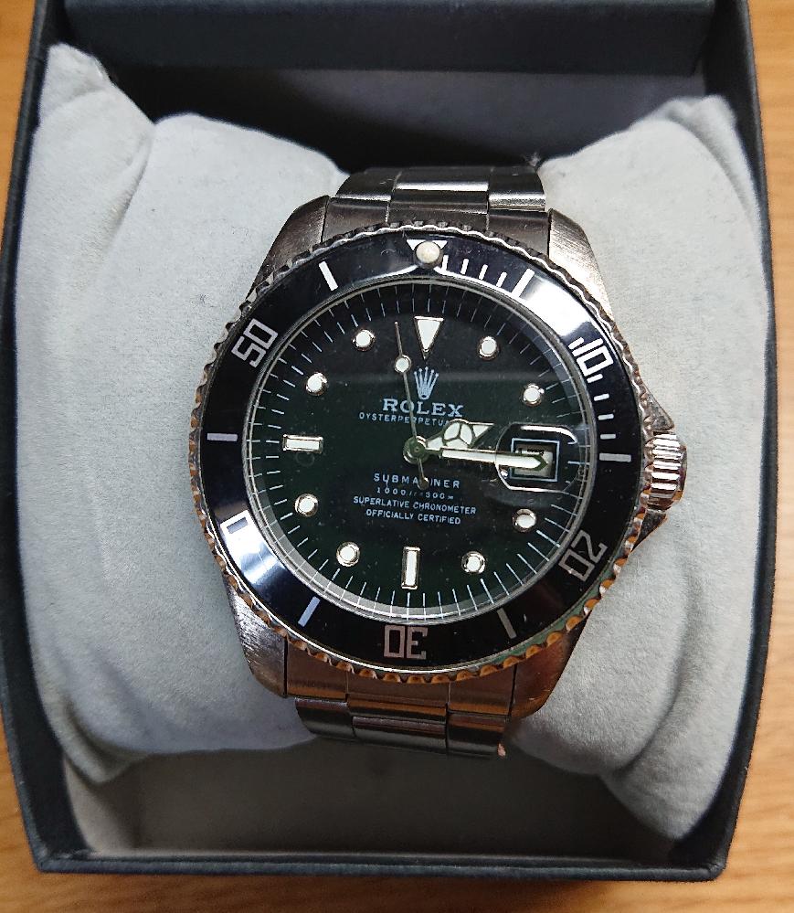時計に詳しい方に質問です。 先日父の遺品を整理していたところ、ROLEXと思わしき時計が出てきました。 時計を見る限りROLEXのサブマリーナと書いてあるように見えるのですが、何故かTIMEXの箱に入っており、この時計が何なのかよく分かりません。 そこで質問なのですが、TIMEXのパロディ商品にこういったものがあるのでしょうか? パッと見で確認したところケース側面にはシリアルナンバーなどはありませんでした。(ブレスレットを外しての確認はまだしておりません) 詳しい方のご回答お待ちしております。