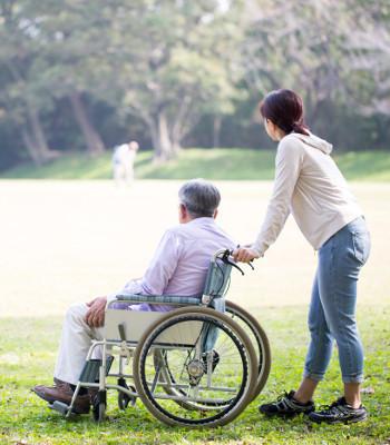 高齢者が歩けなくなると、残り寿命はおおよそ1年前後なのですか? . 人間は誰しも、高齢者になると加齢による衰えによって自分自身のみで歩けなくなっていきますよね最期には。 ですが、私の母が医師からあることを聞いたのです。 「それぞれの平均寿命を超えた高齢者が、衰えて自身では歩けなくなり、車いすとベッドでの生活になった場合、介護してくれる施設に入っていても。 充分な運動ができないために身体が弱っていき、おおよそ1年前後でなくなるケースが非常に多い。」 ……とのことでした。 そういえば、100歳を超えていた私の祖母も、加齢により自身で歩けなくなって高齢者福祉施設に預けたのですが、預けてからおよそ9か月で天に召されました。 死因は老衰と記載されていました。 どうなのでしょう、医師の語っていたことは真実なのでしょうか? 高齢者が車イス&ベッドの生活なったら、残り寿命はほぼ1年前後というのは的中することがとても多いのですかね? それとも、平均寿命を超えた高齢者が車いす&ベッドでの生活になっても、残り寿命を予測することはとても困難で、ケースバイケースなのですかね? ぜひ皆様のご意見をお聞かせください。