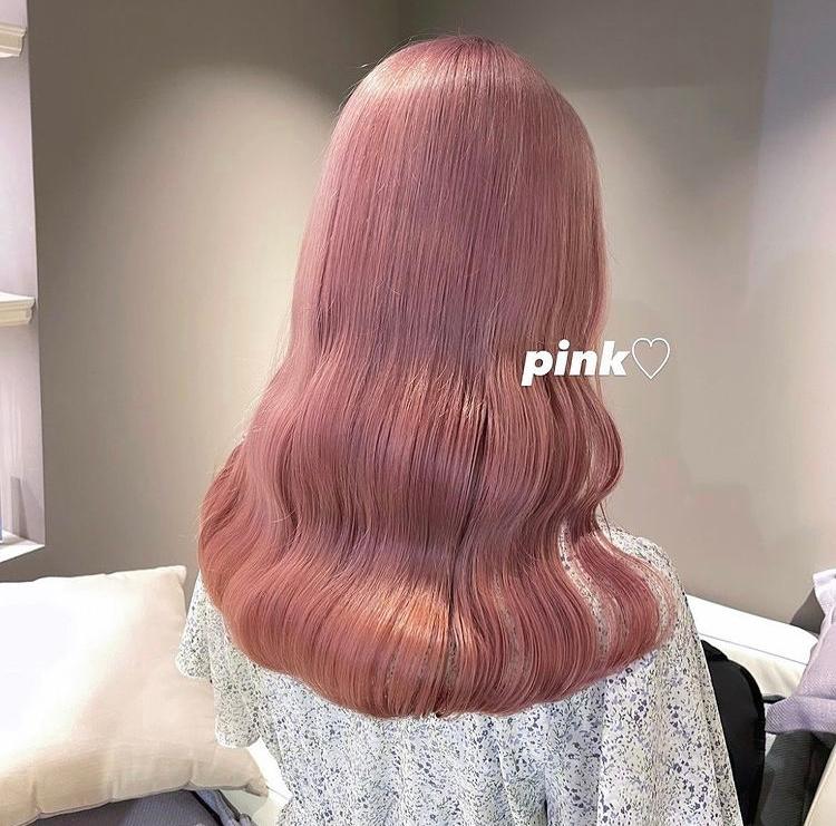 このカラーをセルフで近づけたいのですが市販でこの色に寄せることのできるものを知っていましたら知りたいです!ちなみにブリーチ1回しており、今の髪色はミルクティーよりちょい茶色よりのカラーです。