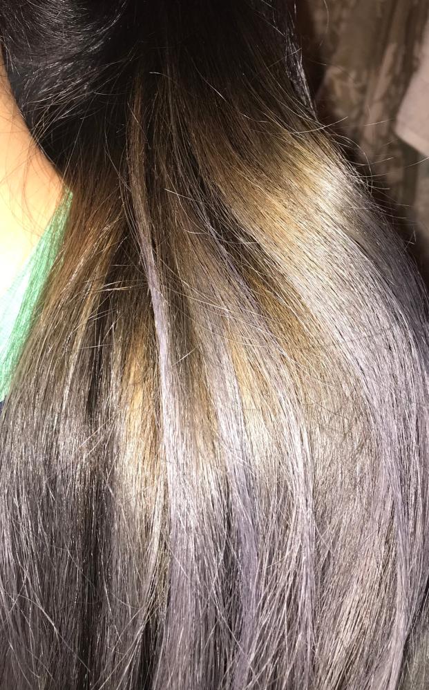 ムラシャンかアッシュシャンプーか悩んでいます。 写真の様な黄み?赤みにはムラシャンとアッシュシャンプーどちらが落ち着かせる効果がありますか? もちろん、下の方のシルバーというよりは上の黒髪になじむ様な色味にしたいのですが、、。知恵をお貸し下さい。