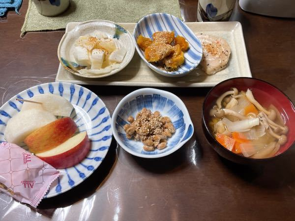 今日の夜ご飯です。 ダイエット中なのですが何kcalくらいありますか? 納豆 白菜の漬物 かぼちゃ 白身魚のムニエル しめじと玉ねぎとにんじんのすまし汁 2杯 なし りんご2切れずつです。 朝昼が少なかった分お味噌汁を具材多め2杯食べてしまいました。