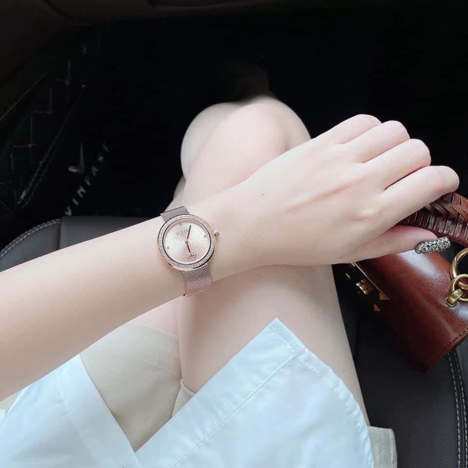 この腕時計を探しています 彼女へプレゼントするため、添付画像の腕時計を探しています。 この画像しか手掛かりがなく、なかなか見つけることが出来ません… どなたか分かりましたら、品名や型番、購入可能な場所やサイト等、教えていただけないでしょうか? よろしくお願いいたします。