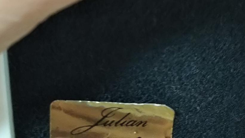 お恥ずかしいのですが、画像の筆記体は何と書いてあるのでしょうか? 「Julian」ですかね…。