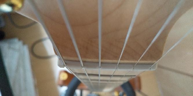 通販で買った新品(アウトレット)のCharvel pro mod のギターなんですけど、ナットの溝は深いと思いますか? 他のCharvelのギターを確認したんですけど、同じような感じです。仕様で...