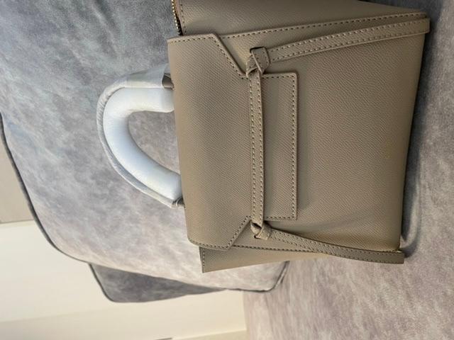 セリーヌのベルトバッグをお持ちの方に質問です! メルカリでセリーヌのベルトバッグのナノを購入しました。 ですが、こちら公式サイトの写真と比べて、ベルトが細いような気がして偽物かなと思ってま...