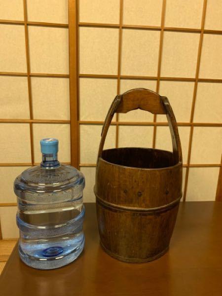 実家の納戸に保管されていました。木桶ですが水を入れていたものでしょうか?イマイチ用途が分かりません。口径約30cm、持ち手までの高さは約60cmです(比較のウォーターは12リットル入です)。造りがしっかりしてい るため廃棄するのはもったいないような気がしています。詳しい方が居られましたらご教示のほどお願い申し上げます。