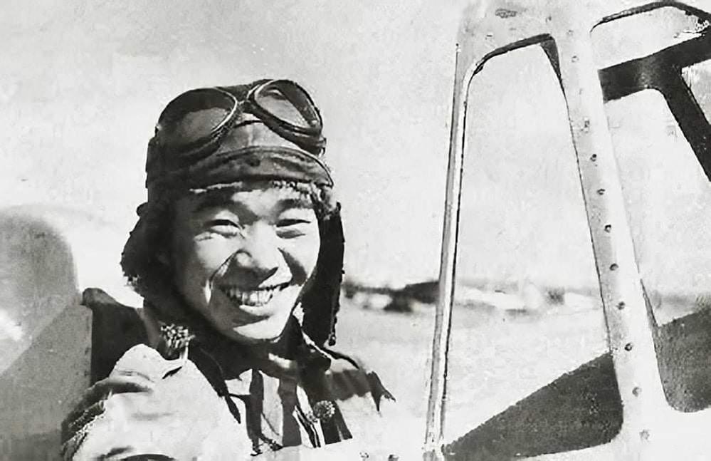 大日本帝国海軍の搭乗員、坂井三郎特務中尉は、オランダ軍の輸送機が飛行しているのを偶然発見したことがありましたか? 輸送機といえど、敵の重要人物が搭乗しているかもしれず、拿捕、もしくは撃墜せよという命令が出ていた。 坂井特務中尉はオランダ軍の輸送機に近づいていった。 「護衛はいないようだな・・・」 坂井特務中尉は周囲に目をくばりながらつぶやいた。 撃墜すべきか警告射撃をすべきか、思案しながら近寄ることにする。 用心のため太陽の方角から接近した。近寄ると、機体は陽光にギラギラ輝いている。窓があって多くの顔が自分に向けられているようだ。 坂井特務中尉はさらに零戦を接近させた。陽光がさしこみ暗い飛行機の内部を照らし出す。 窓を通して飛行機の内部がすみずみまで見渡せた。なんと機内は負傷者ばかりで、彼らは恐怖でひきつった表情でこちらを凝視しているではないか。 彼らは鬼のような大日本帝国海軍の戦闘機に撃墜されるかもしれないと恐怖だったんでしょうか? 窓越しにナースらしき女性と5才ほどの少女が抱き合ったままおびえた表情で見つめているのも見えた。 このとき坂井特務中尉は心の中で自問自答した。 「坂井三郎特務中尉。そうだ、お前は大日本帝国海軍の栄えある戦闘機搭乗員だ。相手が敵機なら存分に戦いもしよう。しかし負傷者と女子供の乗っている飛行機は敵ではない。お前は敵を見なかった」坂井特務中尉は自分のこの言葉に一人うなづくと、女の子と女性そして多くの負傷者たちに軽く手を振り、翼をひるがえして輸送機から離れ、大空の彼方に消えていった。 これは軍紀からすると命令違反であったが、坂井特務中尉は基地に帰ってからも飛行中に何ら敵らしきものは発見せずと報告しただけであった。 この出来事は誰にも知られることもなくこのまま過去の闇に忘れ去られるはずであったはずが? 戦後50年もたってから、この話は多くの人々に知られることとなる。当時その輸送機に乗っていたナースだった女性の一人が、偶然、坂井特務中尉の著書を見て、零戦に描かれたマークから彼がそのときの搭乗員だと探しあてたのである。 「私があのとき見た飛行機の胴体にもこれと同じマークがあったわ。私たちの輸送機に近づいたのはこの搭乗員にまちがいない」 彼女はそう確信すると、国際赤十字を通じて照会を依頼した。 するとまもなく事実確認がなされ、坂井特務中尉だったことが判明した。 こうして運命的な出会いは実現することになった。 女性は坂井特務中尉に言ったそうだ。 「あのとき輸送機に乗っていた人々は、ほとんどが負傷者、病人、老人、女性や子供でした。みんなあなたの飛行機を見て悪魔が来たと思いました。でもあなたは笑って手を振って遠ざかっていきました。みんなは歓声をあげてそれこそ抱き合って喜びました。そして全員あなたに心から感謝したのです。あそこにいた人々は、その後、多くの家族を持ちました。あなたは多くの人々の命を救ってくれたんです。かけがえのない命の恩人なのです」 そう言って、女性はあらためて50年前のシーンを思い出すと涙を流して坂井特務中尉の手をとったという。 死を恐れぬ不屈の戦闘員でありながら、常に命というものを大切にした坂井三郎特務中尉? 彼のとった行為こそ、まさにサムライの真意でしょうか?