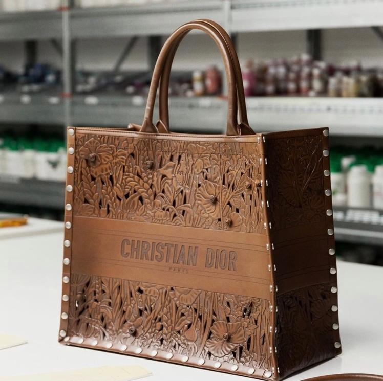 ハンドバッグ?トートバッグのサイズで、写真のように型抜きされた茶色のバッグはどちらのブランドの商品でしょうか?? 街でよく見かけて気になりました!