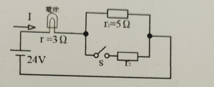 電気回路でわからない問題があるので教えて下さい。 次の回路でスイッチSを閉じたときの電球の明るさが、閉じる前の明るさの3倍となるような抵抗r₂を求めなさい。ただ、電球の明るさは電力に比例し、電流の抵抗は3Ωとする。 こちらの問題、答えが2.39Ωになるのですが、答えが出ません。。解説をお願いしたいです。宜しくお願い致します。