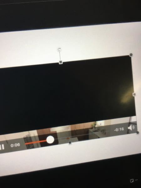 至急お願い致します! パワポに動画を挿入したのですが、この写真のように大半が黒く覆われてしまっています、 どうしたら綺麗に動画をながせますか??