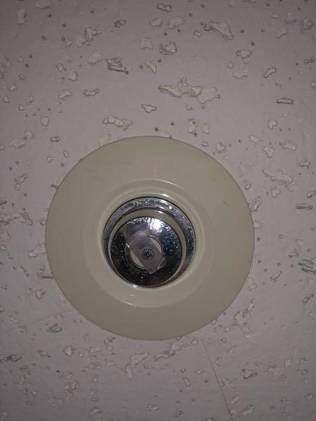 建物内の天井によくあるこれは何かの検定を示しているんですか? 最初火災のときに音鳴るやつかなって思ってたけどよく見たらそうじゃないっぽい...。 気になってしまったので分かる方いたら教えて下さい!