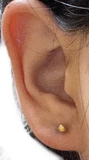 ピアスについて ・ 似たような質問が多くてすみません笑 この耳のピアスの位置で悩んでいます。 少し上(耳たぶの中央)すぎると思い測ってみたら耳の一番下から6mmほどでした。 好みや、つけるピアスの種類によって意見がわかれるかもしれないですが、 やっぱりもう少し下の方が可愛かったり、 2連、3連にする場合、見た目が良いでしょうか? 開け直すなら早めに抜いてしまった方が綺麗に治ると聞き、悩んでいます。 また、逆に長い間同じ位置にピアスをつけていると、綺麗に塞がらなくなる可能性もあるのでしょうか? たくさんの回答お待ちしています! よろしくお願い致します!