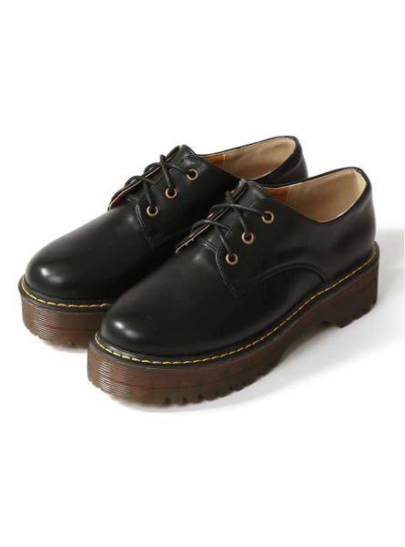 こういう靴って 通販以外でどういうお店に 売ってますか? 足の幅が広めなので 服屋の端にちょっと売ってるような ものは大体入らないんです…(;;)