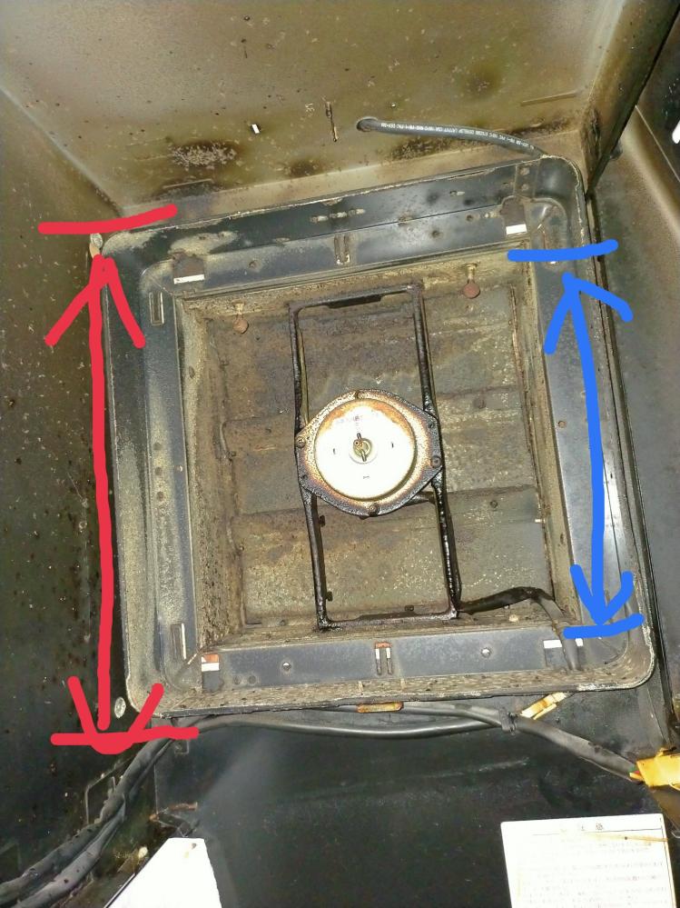 キッチンの換気扇を交換しようとしていますが、種類が分かりませんの教えてください画像の様な枠(フード? )に入っているタイプです。現在シャッターは風圧で開くタイプですが、電動のもある様なので電動にした場合、配線やスイッチを別途つける必要があるのでしょうか? 規格物だと思うので、大きさはざっくりとしか測っていませんが、換気扇の外枠(赤線)で、約350×350、内側の空気が通る所(青線)で約290×290です。どう言う種類を購入すれば良いのか教えて欲しいです。よろしくお願いします。 メーカー名とか、型番の様なものは見る限り無さそうでした、汚れで見えないだけかも知れません。 電動シャッタータイプ電気配線やスイッチの加工が必要との事ですが、風圧式よりかなり電動式の方が換気扇としての風量は上がるものでしょうか? 画像1枚しか貼れない見たいです。他にも見てもらいたい画像あるのですが、とりあえずこれで。