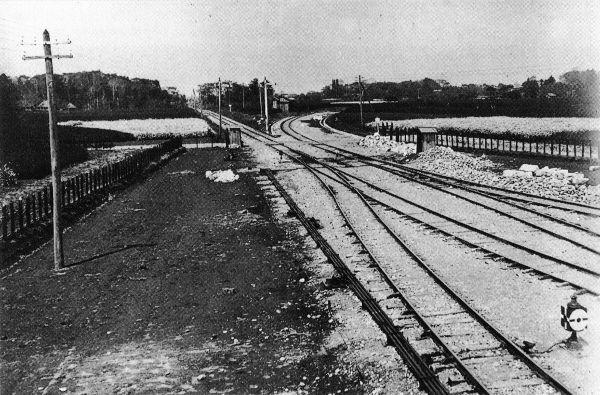 昔の池袋駅周辺の写真だそうで右にカーブしている線路は大塚駅方面へ行く山手線のようですが直進しているのは赤羽線か東上線のどちらですか?