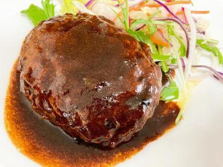 ハンバーグに入れる玉ねぎみじん切りは炒めますか?炒めないて生のまま?それとも玉ねぎのすり下ろしをいれますか?