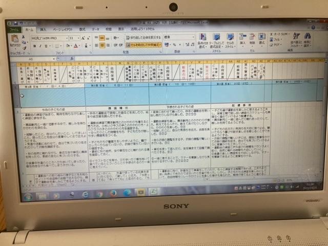 パソコン Excel やり方がわかりません 画像の セル?6.7段目の週の反省の部分がはみ出てしまっています… 5週目を枠内にとどめたいのですが、やり方がわかりません。 やり方を教えて下さい。 ※6.7段目だけを5枠にしたいです。他の部分はそのままがいいです、、 調べても出てきません、、 やり方ありますでしょうか?