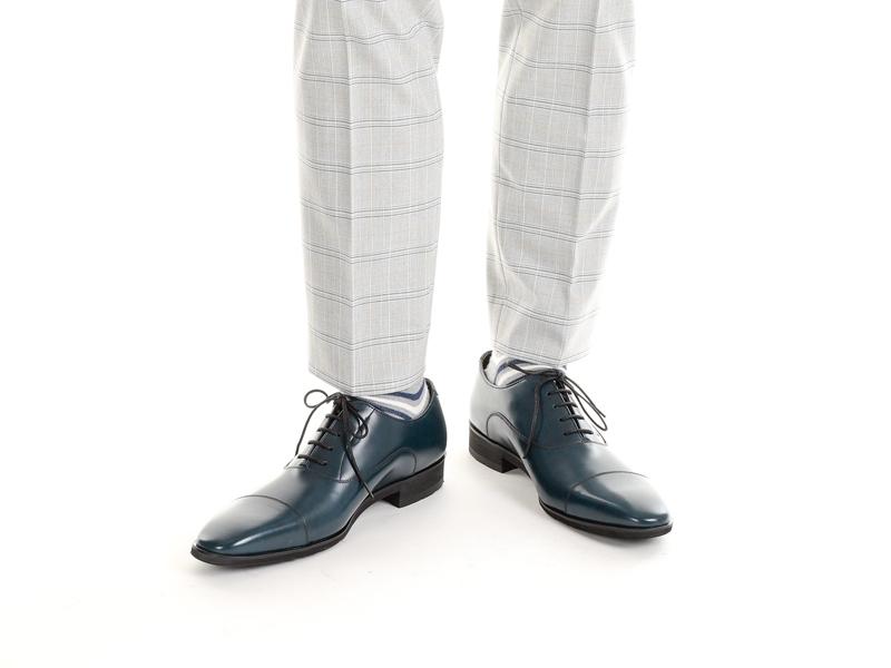 ドレスシューズでストレートチップ、キャップトゥというものがありますが あのつま先部分はプレーントゥのつま先に補強としてもう1枚革をかぶせて縫ったのですか? それともつま先が別パーツになってるだけで2重にはなってないのですか?