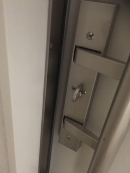 玄関ドアに詳しい方教えて欲しいです。 シャーメゾンのアパートの玄関ドアを開け閉めする際、ガチャ!と言う音と振動が大きいのでなんとかしたいです。 まだ試していませんが、ドアの側面から三角に飛び出ているラッチをテープで止めても良いものでしょうか?鍵が閉まらなくなるでしょうか? ラッチはどんなにゆっくり静かに閉めても閉まる瞬間にラッチからガチャ!と言う音がします。 中から鍵のツマミにクレ556をかけてしまったのですが、その後で鍵穴にかけてはいけないと言う記事をみつけました。内側からなら大丈夫でしょうか。。 あとは縦長の棒状のドアノブなのですが、開け閉めする際、ドアノブはカクッと少し動きます。これもうるさく、クレ556を吹き付けてみましたがダメでした。