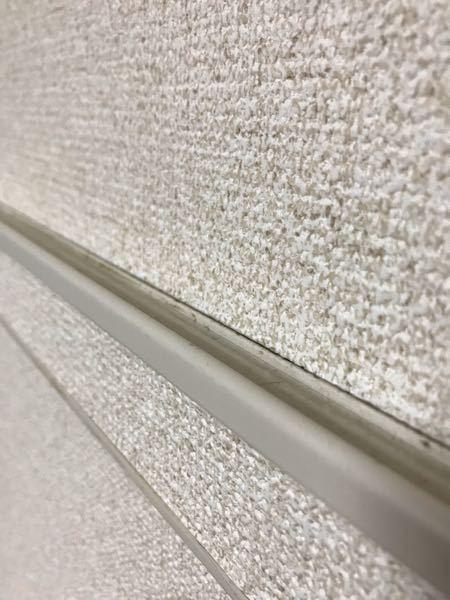 リビングの壁の上の方に謎の溝があります。 S字フックをかけるほどの深さもなく有用な使い道を考えています。何かアイデアが有れば教えてください。 単身用アパートで狭い部屋なので収納を工夫しなければいけません。よろしくお願いします。