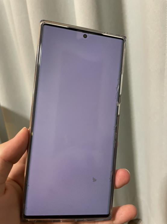 使いはじめて10ヵ月くらいになります。機種は Galaxy note 20 ultra です。画面中央辺りに一部色の濃いところがあります。 これはなんなのでしょうか?わかる方教えてほしいです。