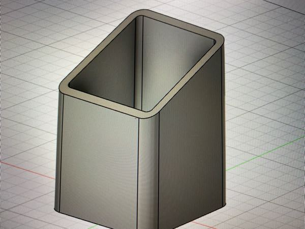 Fusion360についての質問です。 ペン立てを作成しているのですが4つ角をフィレットで丸めたのですが各丸めた部分に余計な線が2本ずつ入っています。これはどうすれば消せますか?
