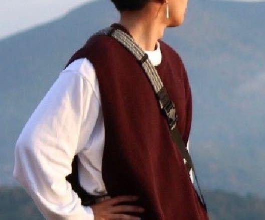 写真の男性が着ているボルドーカラーの服は何というジャンルの服なのでしょうか?欲しくて検索しているのですがなかなかヒットしません。よろしくお願いいたします。