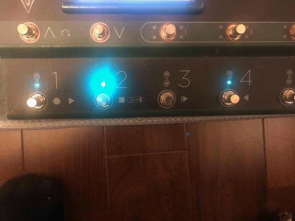 kemperのremoteとperformanceモードについて、 設定を弄っている途中で下の写真のようにランプが3番だけ消えてしまったのですが、再び点灯させるにはどうすれば良いでしょうか? 初...