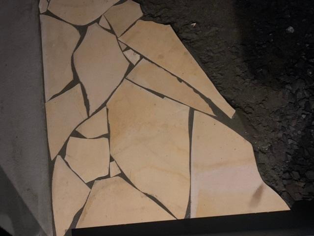 外構工事で乱張りを頼みました。 一般の戸建てで、外構費用として総工費380万円の中で依頼しましたので乱張りに対する平米単価は正確には出ていません。 確認無く単色で、目地が広く、大きすぎる石と小さすぎる石の組み合わせに見えてイメージと大きく違います。 ネット上で確認出来る画像とは大きく異なる様に感じるのですが、実際はこんなものなんでしょうか?