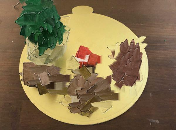 校内コンテストでクリスマスをテーマにしたマジパン細工をしています。 トナカイ(茶色)、ソリ(茶色)、サンタ(赤)、ツリー(緑)は置いているのですがプレゼントの山とトレーの装飾の色で迷っています どのような色だとバランスがいいですか?