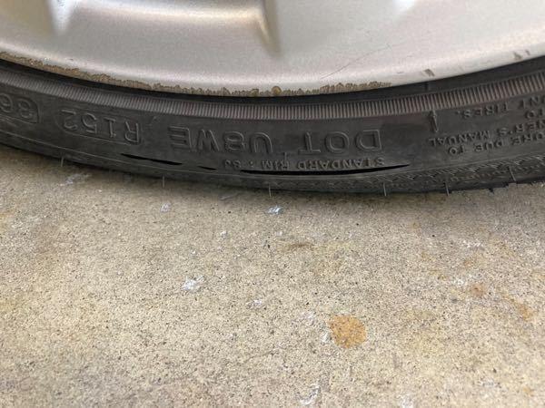 タイヤがパンク寸前でした! こんな亀裂入るのって普通ですか? もしかして誰かカッターか何かでやったのかと思ってしまいまして汗 ちなみに近場しか走らせなかったのと乗る頻度も少なく一昨年の冬からスタッドレスを履かせてました。 こういった症状は普通でしょうか?