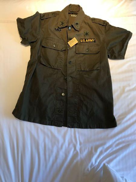 """沖縄のアメリカンヴィレッヂという所で買ったアメリカン軍の軍服なんですが、よくみてみるとタグなどもなく""""RE BORN USA""""と書いているだけで他に何も書いていませんでした。買った当時は本物だと信じていましたが今 はレプリカじゃないかと疑っています。これはレプリカなのでしょうか?詳しい方がいたら教えてくれると幸いです。"""