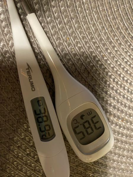 至急わかる方お願いします。 テルモとオムロンの体温計で0.4程誤差があるのですが、どちらが正しいんでしょうか、、、、、