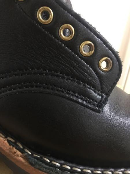 ホワイツ(スモークジャンパー)の革の状態についてアドバイスください! 革は通常のブラックドムです。 写真のように紐穴のすぐ下の革に細かい横シワがあります。これは乾燥しているのでしょうか?オイル...