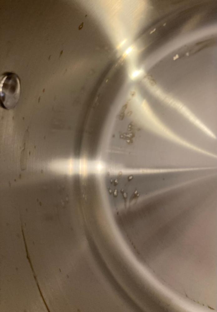 ティファールのステンレス製鍋なのですが 購入後初めて使用したら画像のような染みができました。 パスタを茹でるのに使用しただけです。 縁に茶色く焦げたようなシミと 底に転々と白っぽいシミです。 白っぽいシミは薄らとしたものではなく 何か張り付いたような感じになってます。 何度かスポンジと洗剤でこすりましたが 全く落ちません。 お分かりの方教えていただきたいです。