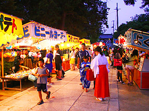 お祭りの出店で必ず買うモノ、好きなモノを教えて下さい 私は ①りんごあめ ②200円フランクフルト ③砂糖の豆菓子 ④やきそば