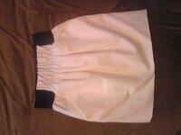 白スカートのコーディネート  先日、ZARAで白スカートを購入しました。 台形というか、コクーン型っぽいタイトスカートで、ウエスト部分には太い 黒ゴムがついてます。 ゴムなので、ハイウエストっぽく上にあげて...