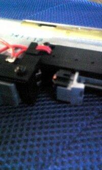 東京マルイ【P90】トリガーロック? 今日P90をうとうとしたら、トリガーが半分くらいまでしか動かないのです。しかもバッテリーが満タンなのにまったくうごかないのです。 なのでメカボックスをほずしてみると接...