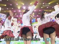 AKB48のメンバーは「スカート、ひらり」の時は、下の写真のようにスカートの中に濃紺のブルマーを穿いていますが、 他の曲を歌う時はスカートの中にブルマーを穿いているのでしょうか? また、歌っている時以外...