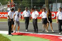 【F1】道端ジェシカにぞっこん!!ジェンソンバトンのチャラさについて バトンて、体に「ジェシカ」とヘンテコなカタカナのタトゥー入れたりと、とにかく四六時中ジェシカといますよね? ドライバーはレース事...