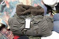色違い!?通販での返品について… ネットショッピングでコートを頼みました。以下のページのブラウンを頼みました。  http://store.shopping.yahoo.co.jp/shop-jewel/ct394001.html  でも届いたものはどう見ても緑…。(下記の画像) 色を間違っているんじゃないかとメールで連絡を取ったら、ボア部分が濃いブラウンか濃いカーキかと聞かれ、濃...