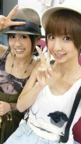 AKB48、右のお姉様は誰? 年齢は あっちゃん達と同じくらいですか?