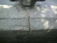コンクリートフェンスの支柱部分のひび割れを補修しようと思っているのですが 前にセメントスプレーで広範囲にわたり塗って失敗したのでマイナ スドライバーやスクレパーやワイヤーブラシで失敗したセメントをガ...