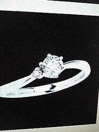 チップ500!ダイヤモンド、宝石に詳しい方、ダイヤリングの適正価格についてお伺いします。 今、購入を検討しているダイヤモンドリングがあります。 プラチナ900のSラインで0.45カラット・Dカラー・SI1.カットはトリプルエクセレントです。 横にひと...