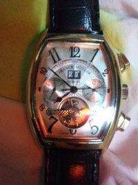 フランク・ミュラーの時計をもらったんですが、これってやっぱり偽物なんですか? ネットで探しても全く見つからないんですが。 本物だといくらするんでしょうか。  やっぱ偽物ですよね。  裏面には  FRANCK MULLER   GENEVE   MASTER  OF CONPRICATION   N°344 CONQUISTADOR SC  と書かれています。
