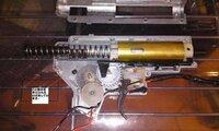 M4のメカボックスの組み方について質問です。 今、メカボックスを組み立て、モーターをつないで撃ってみたらカチカチいって撃てません。 いちょうメカボックスの中はみてみましたが、特にどこにも以上はありませ...
