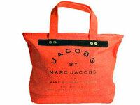 質問です。 カビハイターでのバックの脱色を考えています。 バッグはキャンバス生地で鮮やかなオレンジ色に黒の文字が書かれているmarc by marc jacobsのトートバッグです。  とあるモデルさんのブログに コ...