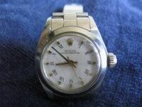 ロレックスレディースについて教えて下さい。十数年前、家族からの頂き物(本物だとは思います)ですが買取に出そうと考えておりますが、時計自体の詳細が分かりません。画像を見て分かる方教えていただけますか? 本体以外付属品はありません。またオーバーホール等のメンテナンスもしていません。いくら位(本物として)の買取金額になりますか?時計の詳細も含めお願い致します。